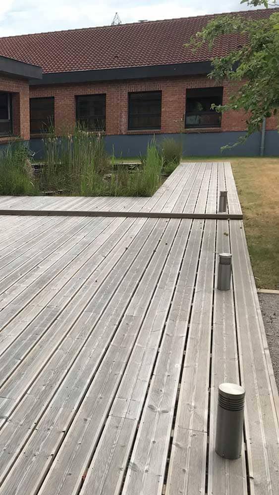 Pose de terrasse en bois pour l'entreprise